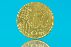 Centavo do euro cinqüênta no fundo azul Fotos de Stock