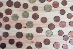 Centavos de Euro no fundo de madeira fotografia de stock royalty free