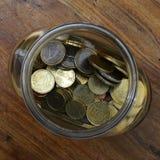 Centavos euro en un tarro de cristal Foto de archivo libre de regalías