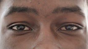 Centellando ojos del hombre africano, ciérrese para arriba metrajes