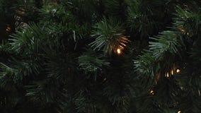 Centelleo de las lámparas en picea artificial Fondo del Año Nuevo y de la Navidad Guirnaldas del LED almacen de video