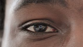 Centelleo de un ojo de hombre africano metrajes