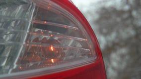 Centelleo ligero el interruptor intermitente amarillo posterior en un coche metrajes