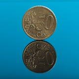 50 centen, Euro geldmuntstuk op blauw met bezinning Royalty-vrije Stock Afbeeldingen