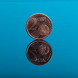 2 centen, Euro geldmuntstuk op blauw met bezinning Stock Fotografie