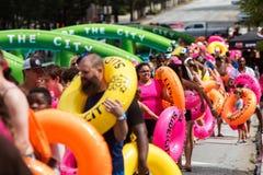 Centenares de formación de la gente del tubo a la calle de la ciudad abajo Imagenes de archivo