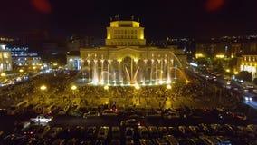 Centenares de gente que camina alrededor de la belleza de mirada cuadrada de la república en de fuentes metrajes