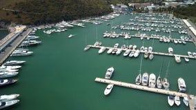 Centenares de lancha de carreras que atracan en el puerto de Monte Argentario metrajes