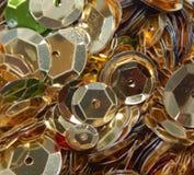 Centenares de lentejuelas del oro Foto de archivo