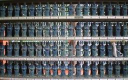 Centenares de pequeñas estatuas japonesas en estantes Imágenes de archivo libres de regalías