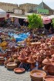 Centenares de tajine colorido que cocinan los potes apilados en mercado en el soukh de Meknes, Marruecos, África del Norte imagen de archivo libre de regalías