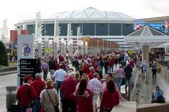 Centenas de caminhada dos fãs de Alabama para Georgia Dome foto de stock royalty free