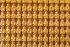Centenas de fundo dourado das estátuas de Budhha Imagem de Stock