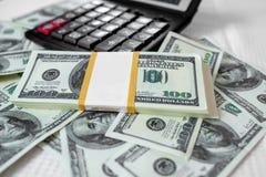 Centenas de notas na tabela imagens de stock royalty free