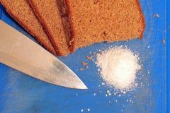 Centeno-pan negro tradicional con el cuchillo y la sal Foto de archivo