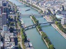center h?jder paris Sikt fr?n Eiffeltorn p? floden Seine modern arkitektur arkivfoto