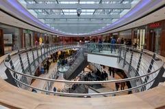 center inre modern shopping Royaltyfria Bilder
