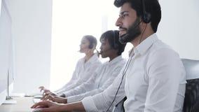 Center operatör för ett felanmälan Man i hörlurar med mikrofonarbete på kontaktmitten