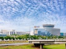 CenterOPC de la operación de Thai Airways que construye en el aeropuerto del suvarnnabhumi con el rey y el cartel tailandeses de  imagen de archivo libre de regalías