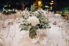 Centerpiece белых цветков на свадьбе стоковое изображение rf