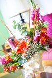 Centerpiece раковины с цветками стоковые фото