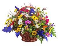 Centerpiece расположения букета цветков в изоляте плетеной корзины Стоковое Изображение
