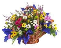 Centerpiece расположения букета цветков в изоляте плетеной корзины Стоковое фото RF
