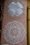 Centerpiece w koronkowych i hafciarskich tkaninach Pamiątkarscy sklepy w Burano Wenecja Włochy obraz royalty free
