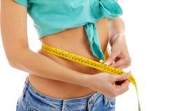 Centimete талии тонкой девушки измеряя Стоковое Изображение RF