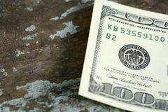 Centinaia di dollari americani su vecchio di legno Fotografie Stock Libere da Diritti