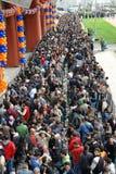 Centinaia di gente che aspetta l'apertura del deposito Immagine Stock Libera da Diritti