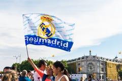 Centinaia di gente che celebra la vittoria nella lega della squadra di football americano di Real Madrid Immagine Stock