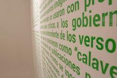 Centinaia di parole scritte sulla parete fotografie stock