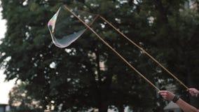 Centinaia di salto di un pagliaccio indipendente di bolle minuscole, piccole e grandi al festival all'aperto nel centro urbano Co stock footage