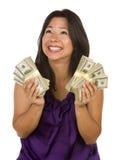Centinaia emozionanti della holding della donna del Latino di dollari Fotografia Stock