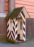 Centinela-caja rayada de madera imagen de archivo