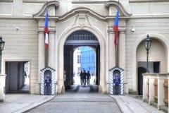 Centinelas en una entrada y un castillo de Praga Imagen de archivo