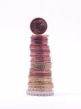 1 Centmünze, die auf Stapel Euromünzen steht Stockfoto