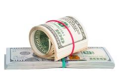 Cento banconote in dollari acciambellate con rubberband Fotografie Stock Libere da Diritti