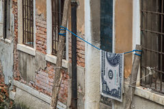 Cento banconote in dollari che appendono su una corda Immagine Stock