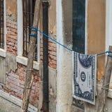 Cento banconote in dollari che appendono su una corda Immagini Stock Libere da Diritti