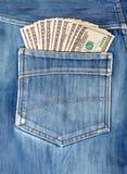 Cento banconote in dollari che attaccano nella tasca posteriore dei jeans Fotografia Stock