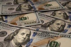 Cento banconote in dollari con Benjamin Franklin hanno evidenziato Fotografia Stock Libera da Diritti
