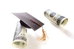 Cento banconote in dollari e cappucci di graduazione Fotografia Stock Libera da Diritti