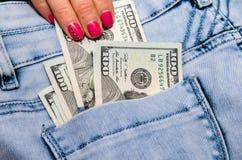 Cento banconote in dollari nei jeans della tasca Immagine Stock