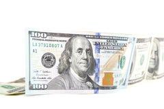 Cento banconote in dollari su un fondo bianco Immagini Stock Libere da Diritti
