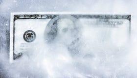 Cento dollari congelati in ghiaccio congelamento di conto fotografia stock
