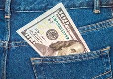 Cento dollari di fattura che attacca dalla tasca dei jeans Immagini Stock Libere da Diritti