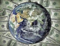 Cento dollari di fattura con il mondo della terra Fotografia Stock Libera da Diritti