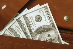 Cento dollari di fattura in portafoglio di cuoio, fine su finanza Fotografia Stock